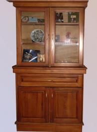 Бюфет за трапезария с остъклени врати